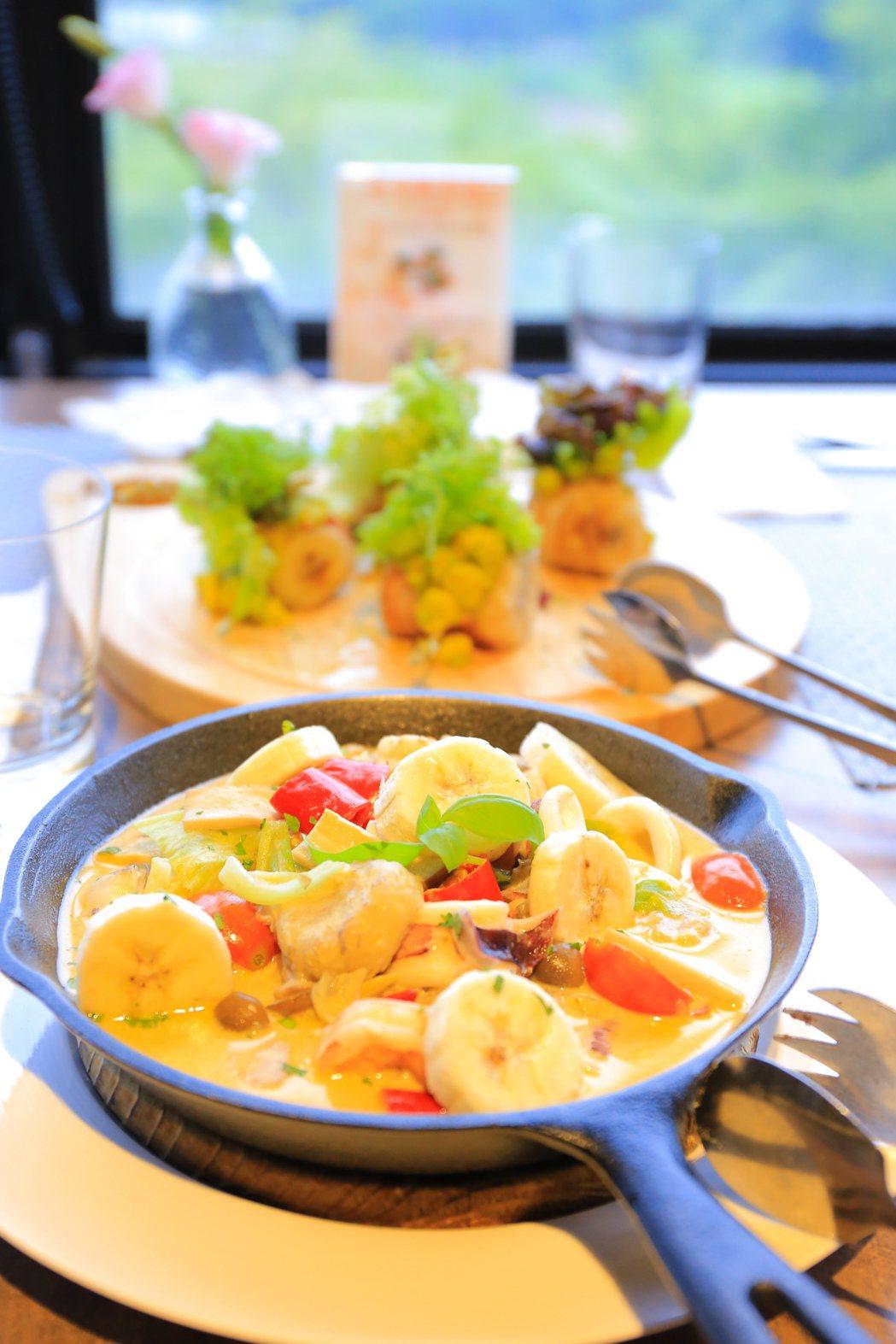 香蕉綠咖哩燉海鮮口感微甜,綠咖哩豐富了層次感。 攝影/張世雅