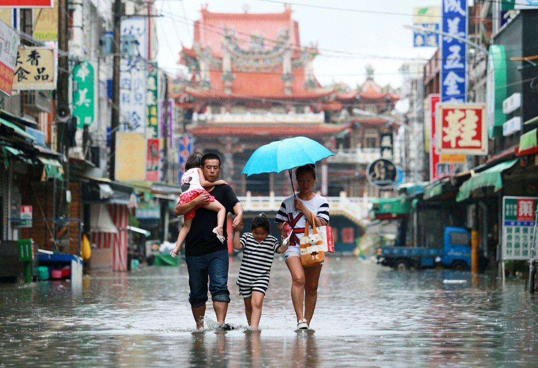 受尼莎颱風影響,屏東縣下起強降雨,包括東港、林邊、佳冬都傳出淹水災情,林邊市區淹...