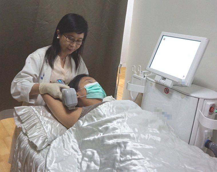 新竹馬偕醫院皮膚科醫師謝雅如示範微波熱能抑汗處置。圖/新竹馬偕醫院提供