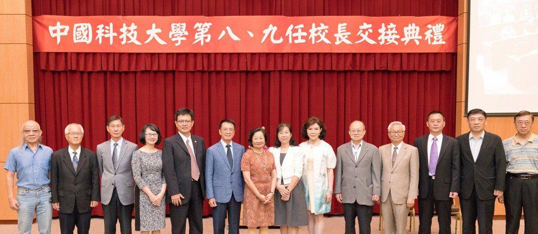 前校長俞明德(左五)就任中國科大新任校長,靜宜大學致上祝賀。圖/靜宜大學提供
