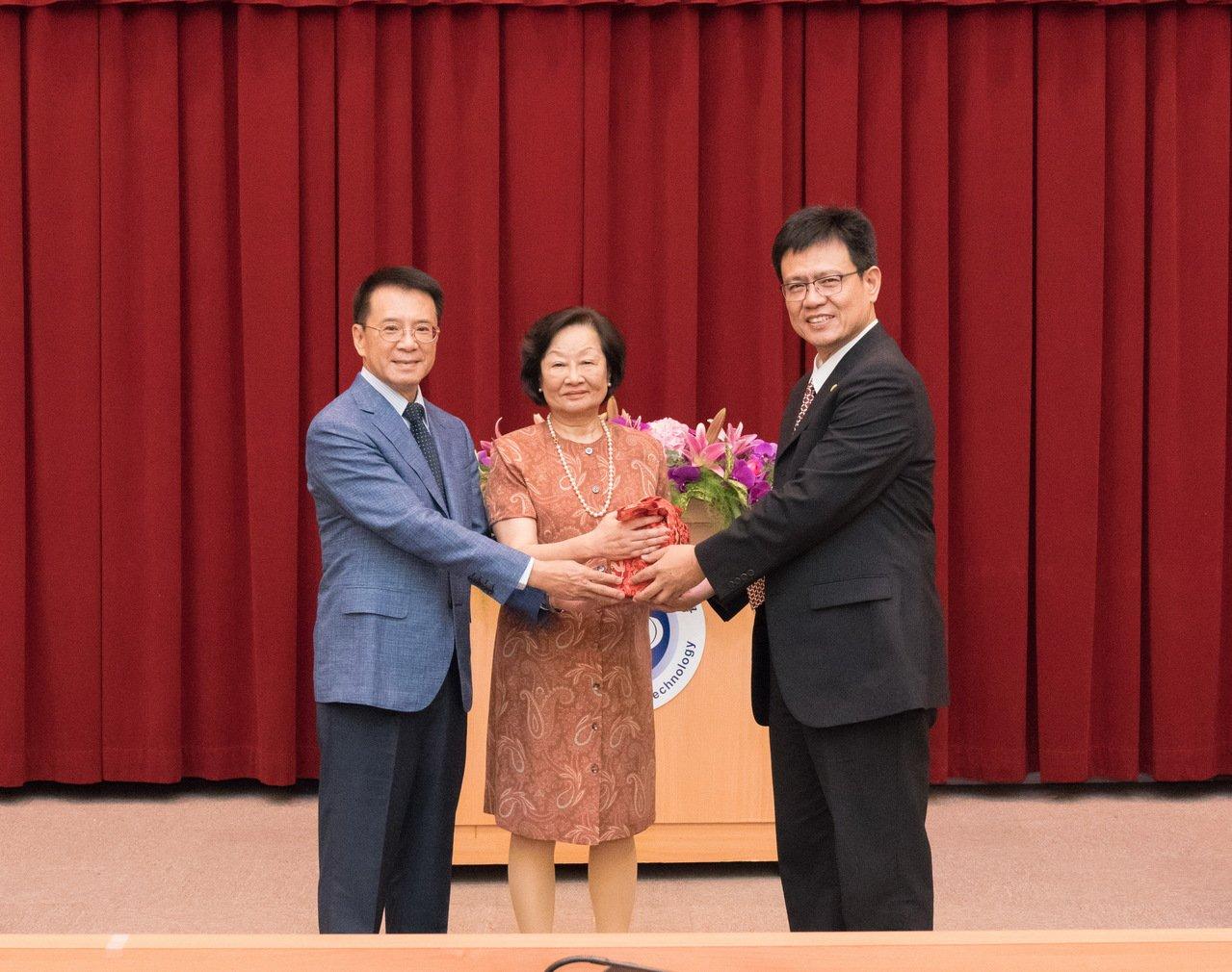 前校長俞明德(右一)就任中國科大新任校長,靜宜大學致上祝賀。圖/靜宜大學提供