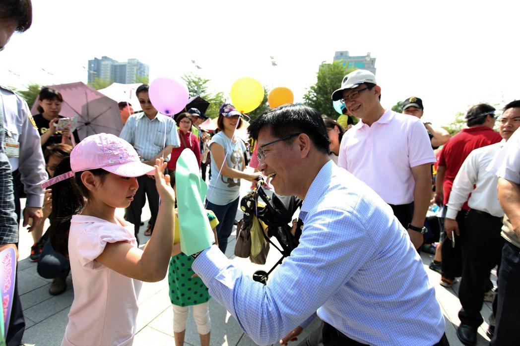 台中市長林佳龍宣布,根據內政部統計,台中市人口數7月底已達277萬8182人,比...