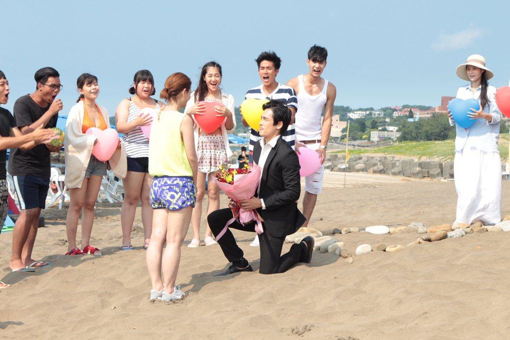王樂妍(左)戲中被GINO下跪求婚,戲外也爆出將結婚的喜訊。圖/民視提供
