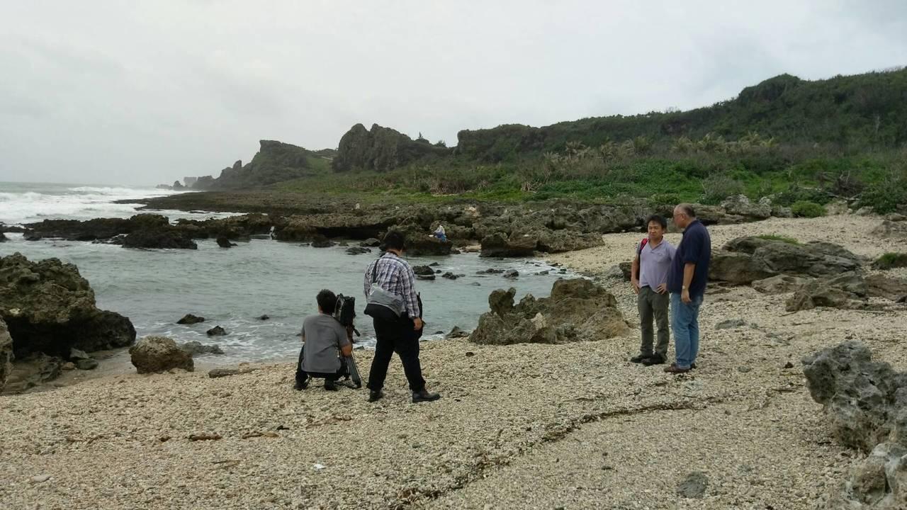 名古屋電視台導演村瀨史憲前往集中火化日軍遺體的海岸拍攝。記者潘欣中/攝影
