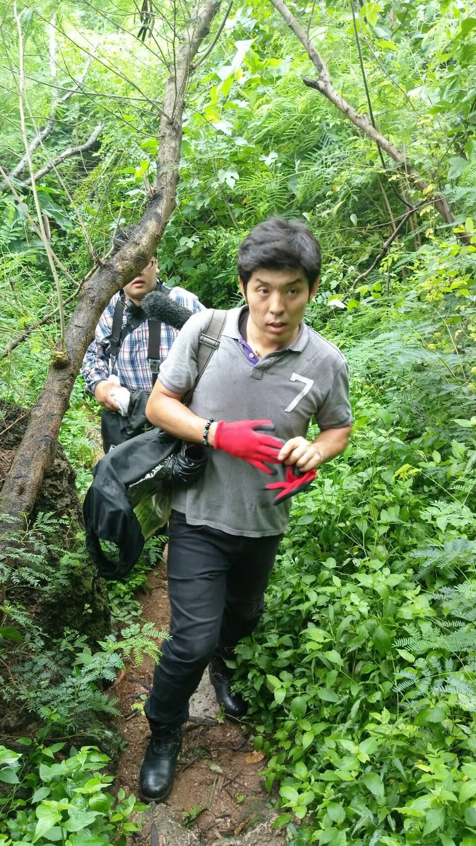 名古屋電視台導演村瀨史憲深入發現日軍遺體的海岸。記者潘欣中/翻攝