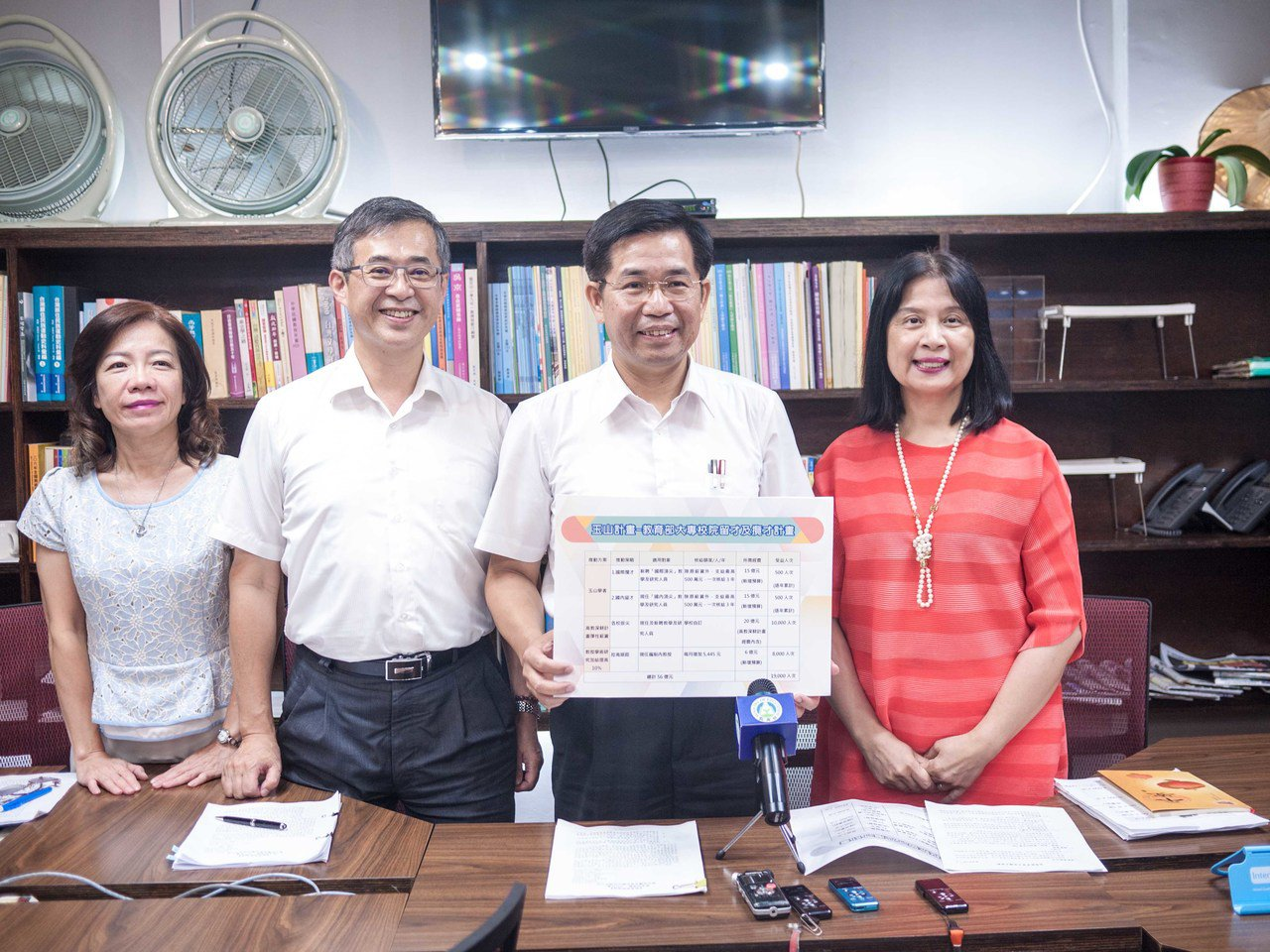 教育部長潘文忠(右二)今天說明玉山計畫。記者林良齊/攝影