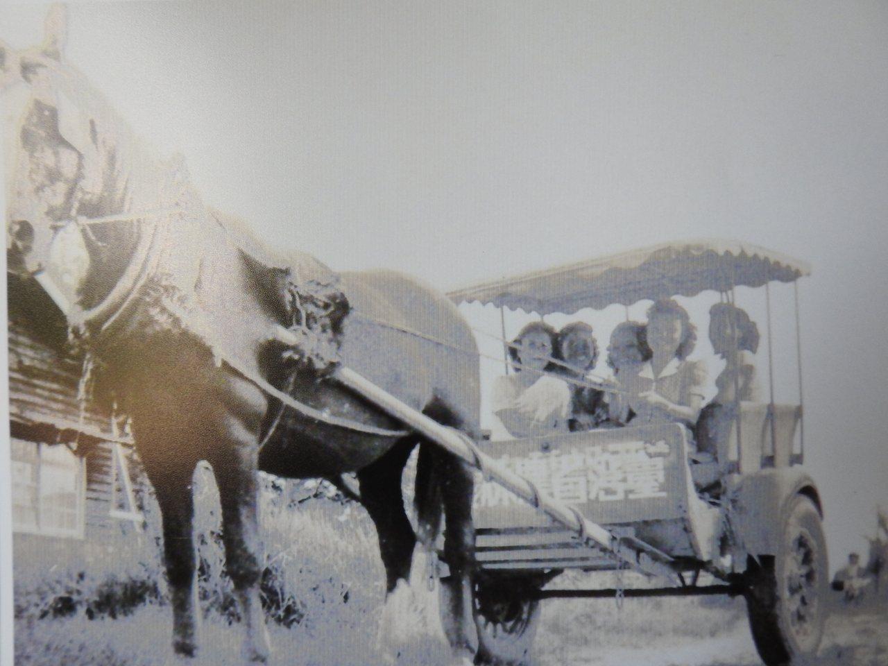 新化牧場「馬車」接送社區媽媽到鎮上採買。記者吳淑玲/翻攝