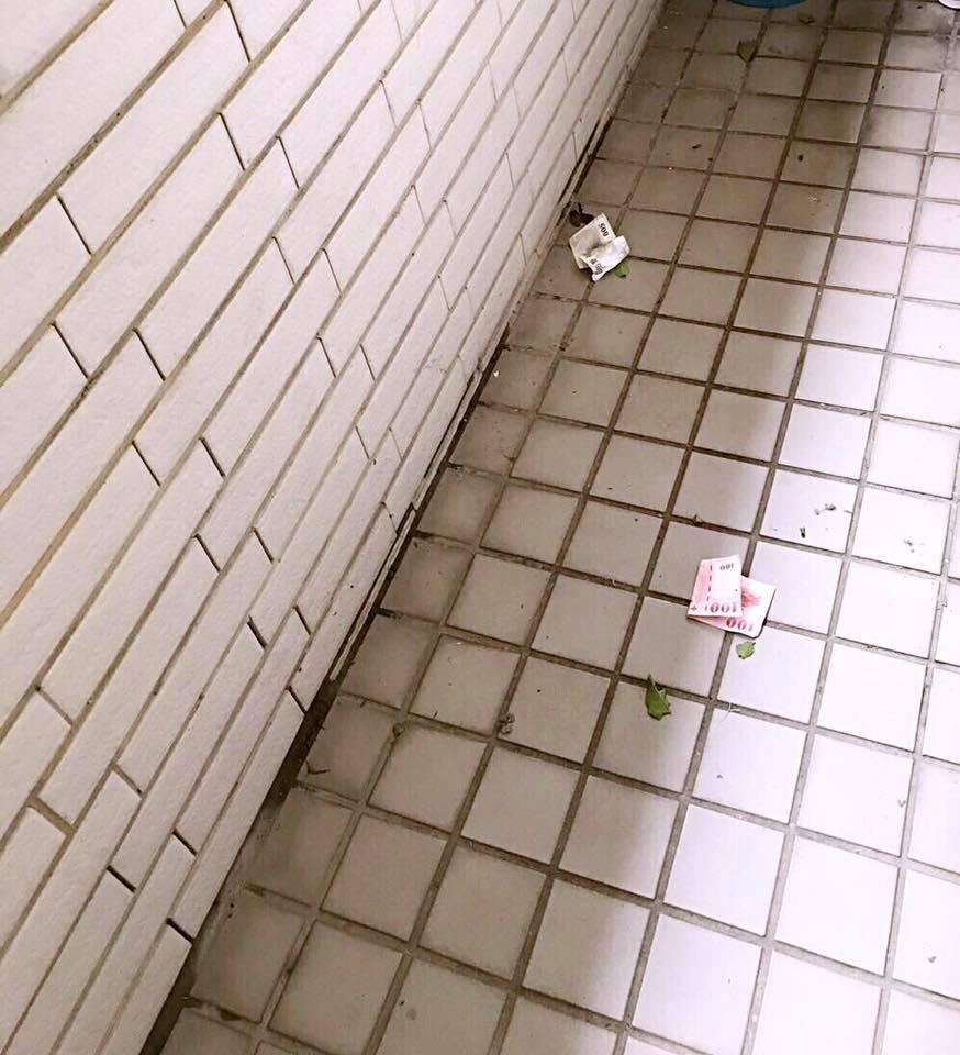 颱風天有鈔票吹進了朱海君家的陽台。圖/摘自朱海君臉書