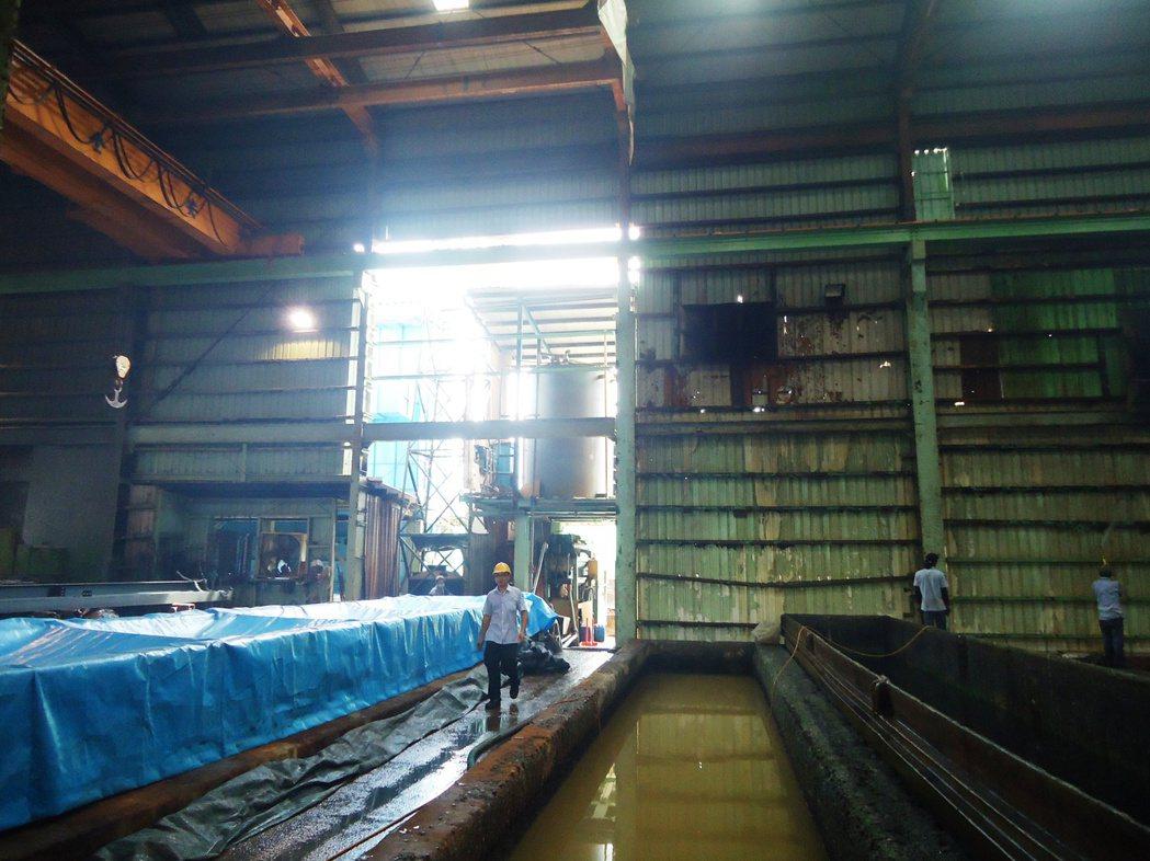 工廠內以天車吊掛鋼鐵進行鍍鋅加工,操作員不知工廠外有人施工。記者凌筠婷/翻攝