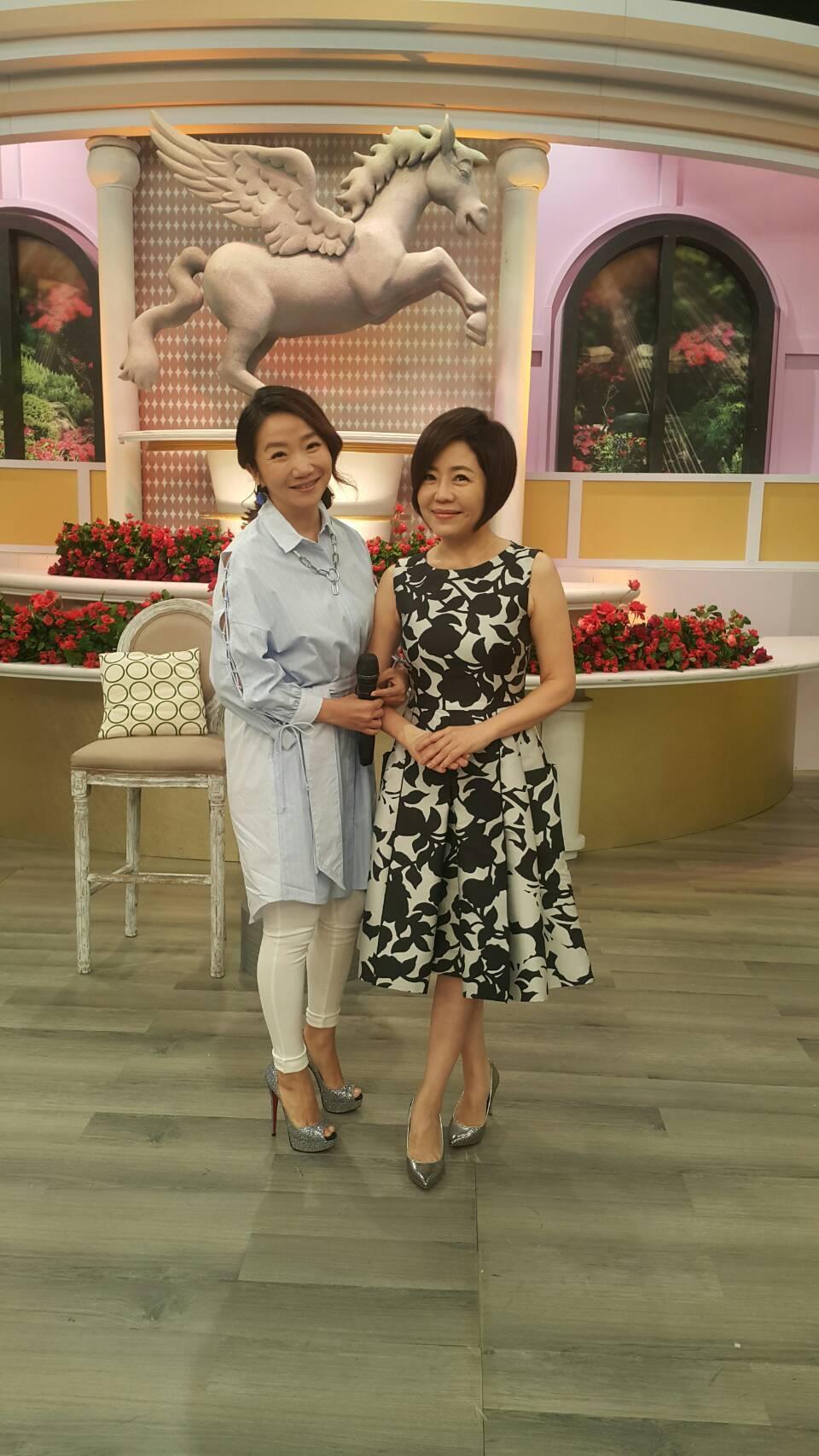 于美人(右)上陶晶瑩主持的「女人234」。圖/衛視中文台提供