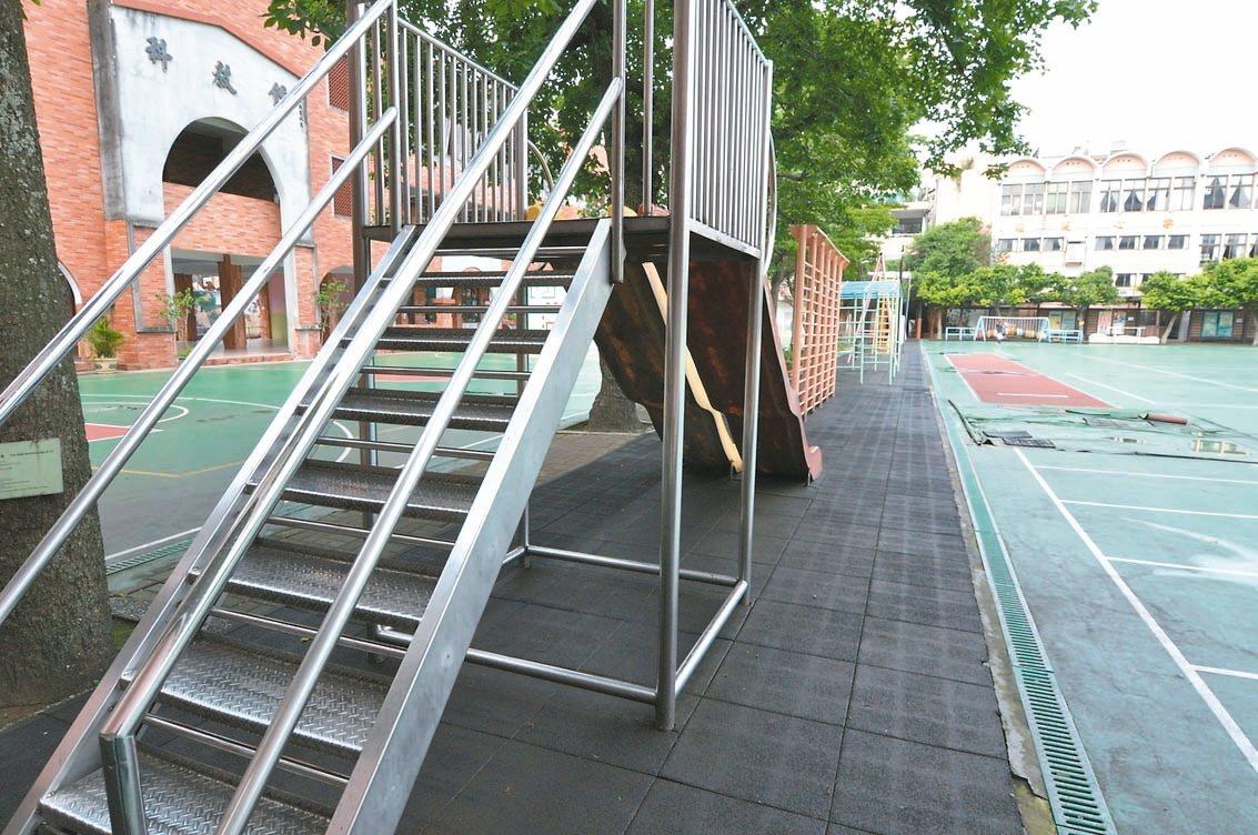 桃園市轄內許多國小遊樂設施,早期多是不鏽鋼、鐵製材質,教育局規畫5年計畫補助各學...