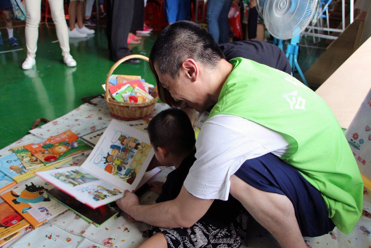 基隆監獄懇親會上,萬里圖書館提供400冊童書,讓受刑人和小孩一同閱讀。 圖/新北...