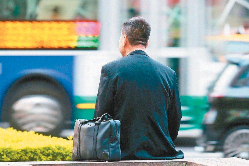 台銀工會理事長陳俊雄表示,13%年資早已被砍,除退休人員外,現職員工大約三分之二...