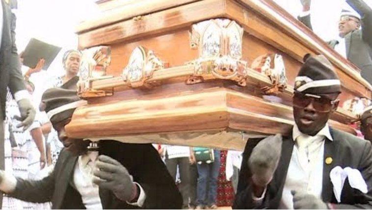 迦納送葬隊伍,變身成為愉悅的特技表演。 圖擷自Times LIVE
