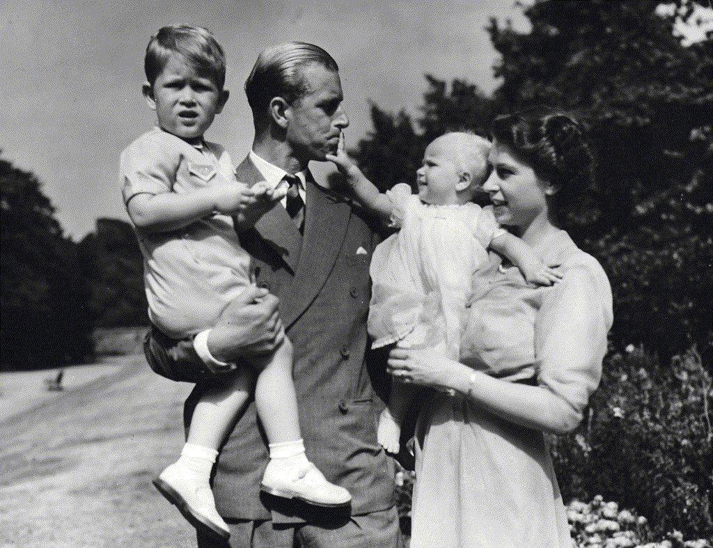 1951年,菲利普與伊麗莎白公主抱著兒女查爾斯與安妮。美聯社