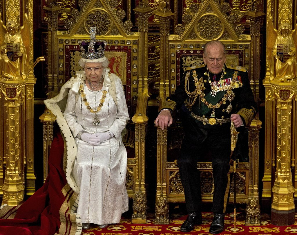 今年8月,菲力普親王坐在伊麗莎白女王旁,準備聽女王的下議院演說。美聯社