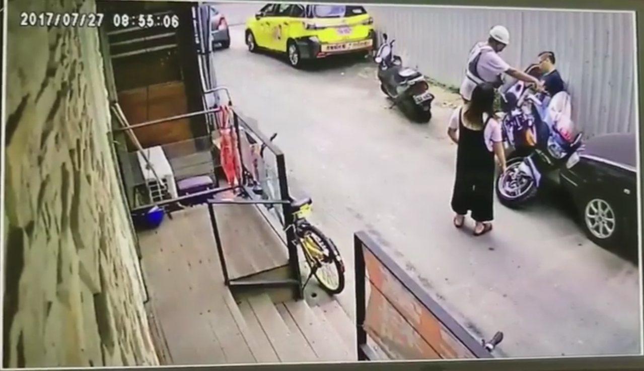 夫妻為了騰出停車位,擅自移車,但機身太重牽不動,女子碰巧向車主本人求救,網友驚呼...