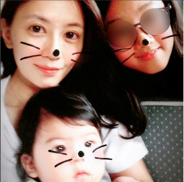 梧桐妹(右上)與媽媽賈靜雯(左上)、妹妹Bo妞(左下)合照。 圖/擷自梧桐妹IG