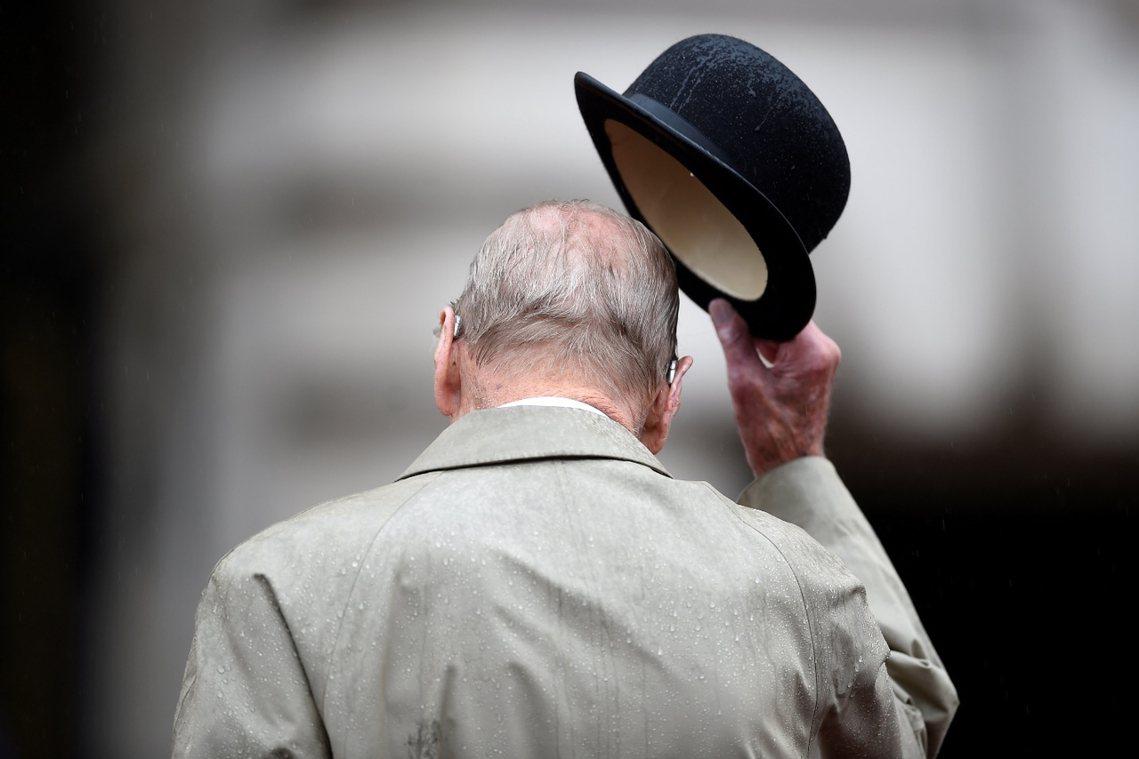 再見!白金漢宮的雨中,96歲的退休式。 圖/路透社