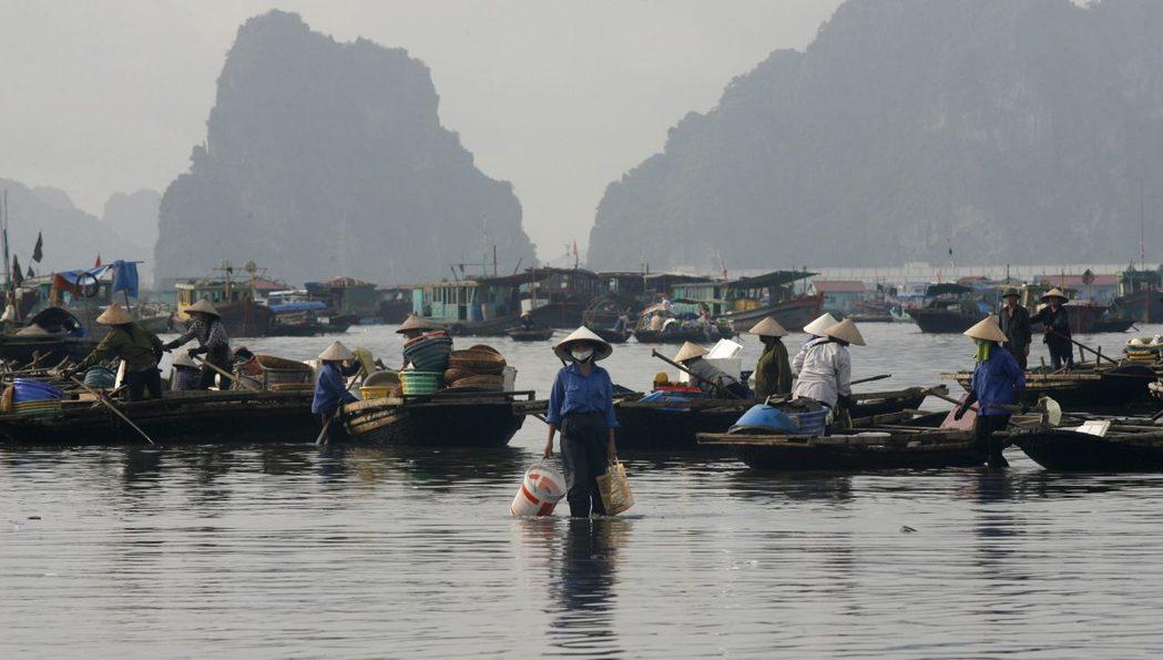 不良企業不顧生態私自抽砂導致水質惡化,許多越南漁民因而面臨捕不到龍蝦的困境。 圖...