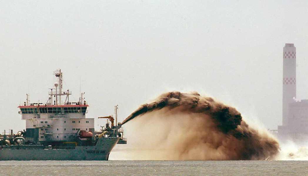 填海一平方公里,需要7000萬噸的砂石,相當於4.5座台北101的體積。 圖/法...