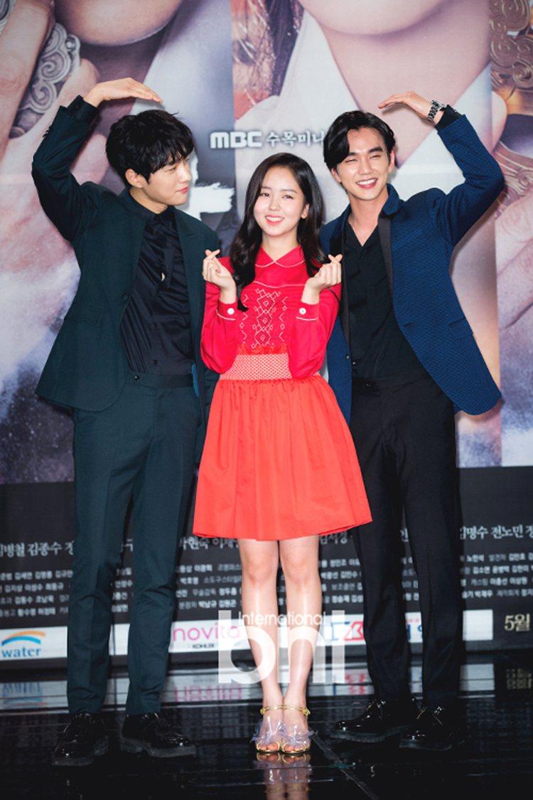 金所炫、俞承豪、金明洙主演《君主─假面的主人》。圖/BNT提供