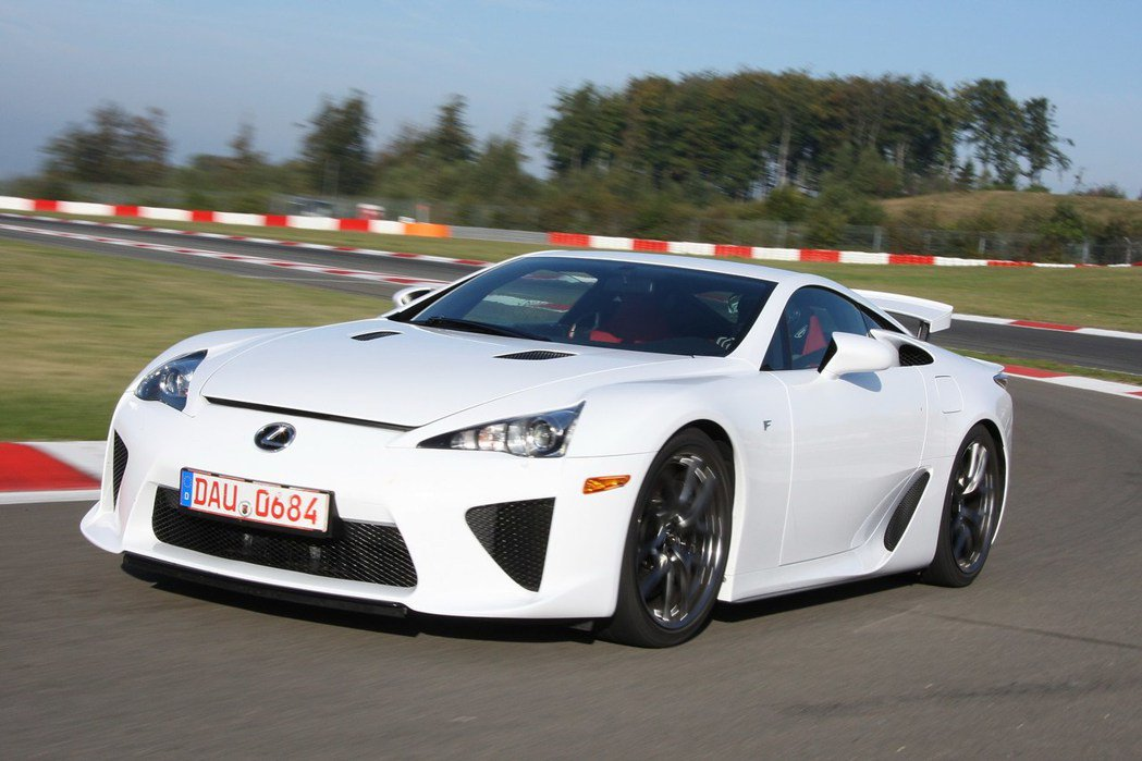 Lexus LFA 跑車限量 500 台,當時售價約 375,000 歐元,折合...