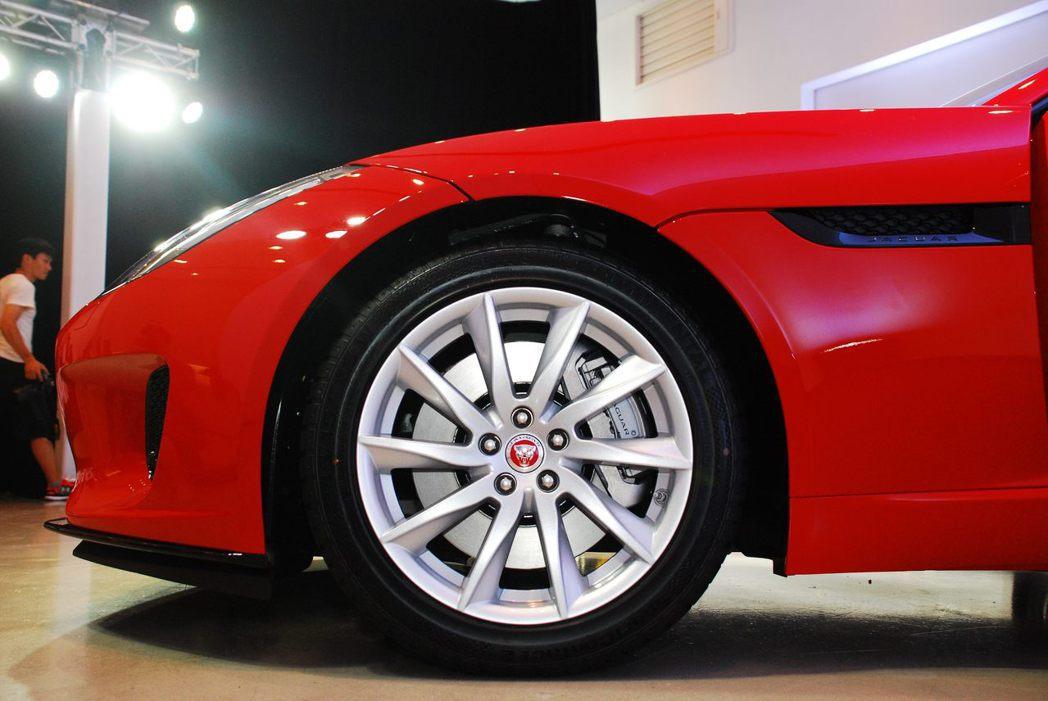 Jaguar F-Type Coupe使用18吋輪圈。記者林昱丞/攝影