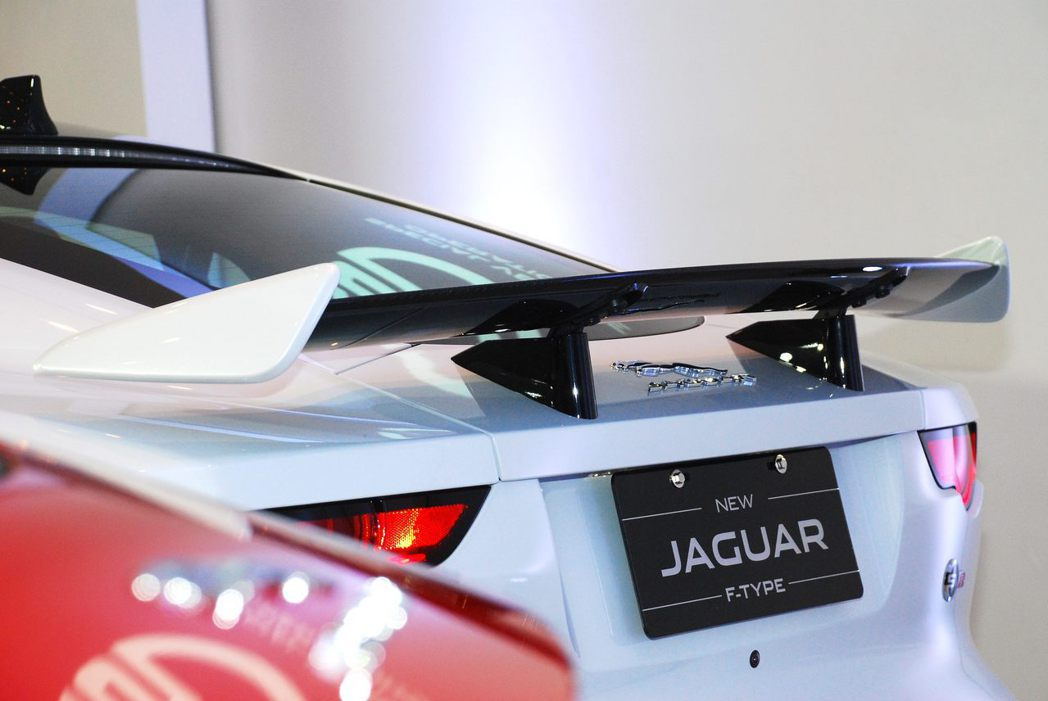 Jaguar F-Type SVR巨大尾翼。記者林昱丞/攝影