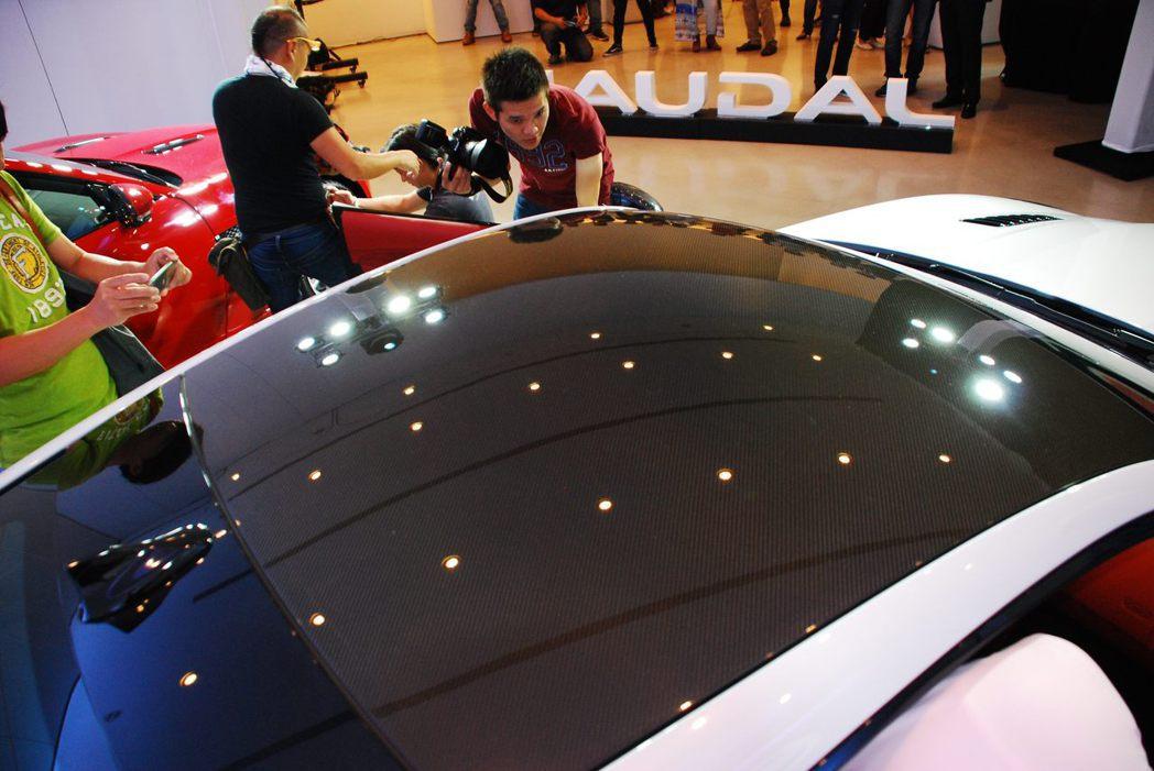 Jaguar F-Type SVR碳纖維車頂。記者林昱丞/攝影