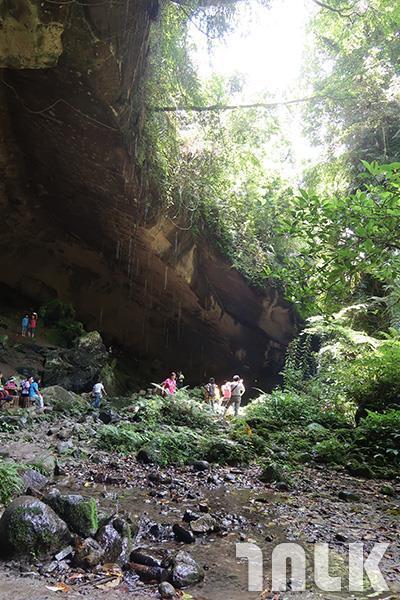 ▲登上石階,眼前豁然開朗,巨大的自然洞穴令人讚嘆。
