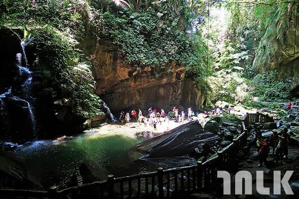 ▲洞穴內部乾燥又平坦,向外望去,仿似美景一幅。