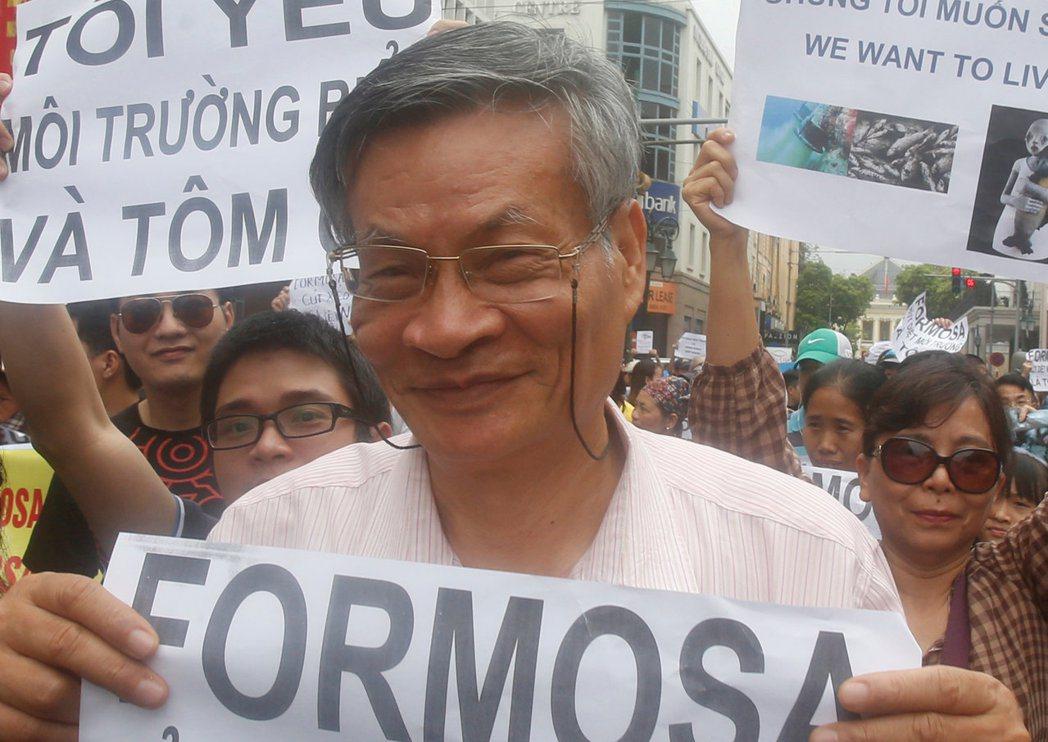 河內公民社會論壇創始人阮光亞去年五月一日上街抗議台塑煉鋼廠廢水汙染河川。  (...