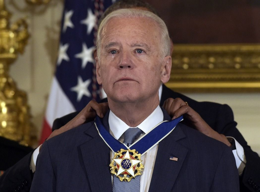 呼聲較高的民主黨總統人選,包括前副總統拜登。圖為前總統歐巴馬為拜登授勳。 (美聯...