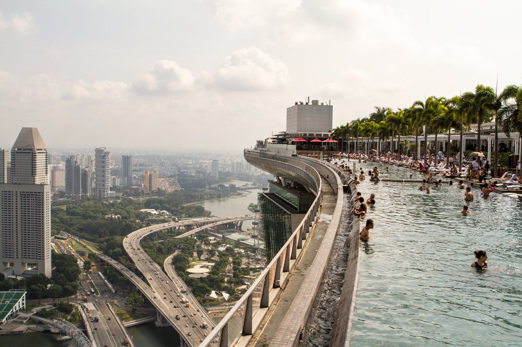 擴大領土的必要性,很少會受到新加坡人民的質疑,譬如擁有享譽國際的濱海灣金沙酒店無...