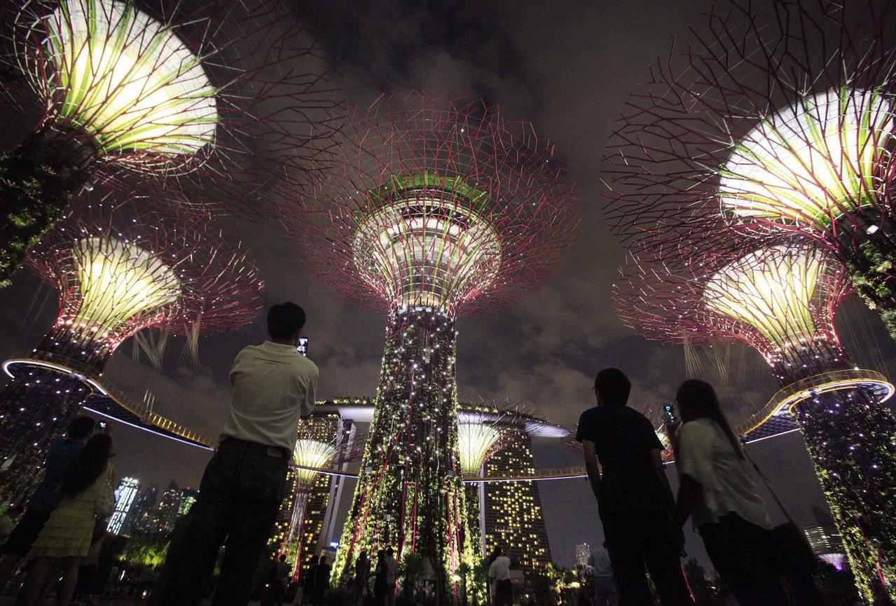 """与海争地的滨海湾花园,已成为新加坡""""永续发展""""的品牌象征;但这样的发展,竟建设在..."""