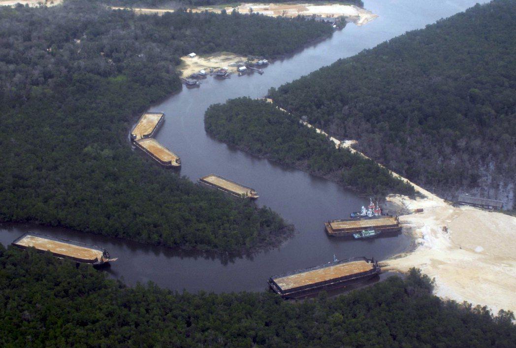 馬來西亞與印尼曾是新加坡重要的砂石供應國,不過,隨著新加坡長得愈來愈大,這兩國開...