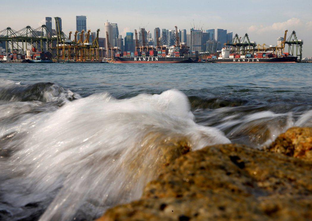 在殘酷的競爭世界,新加坡一定要成為一隻『有毒的蝦』...嗎?。圖為新加坡南部的港...