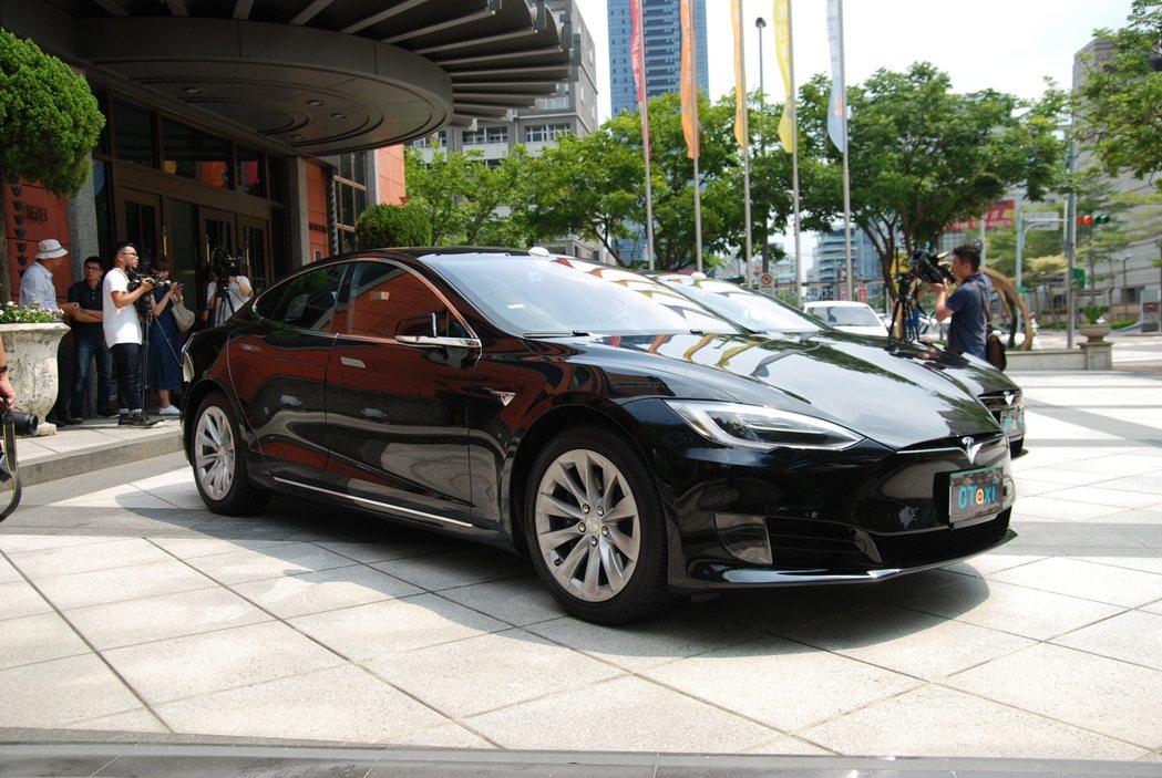 0Taxi 是台灣首支以會員制募資、且以 Tesla Model S 75 作為營運車輛的計程車隊。 記者林鼎智/攝影