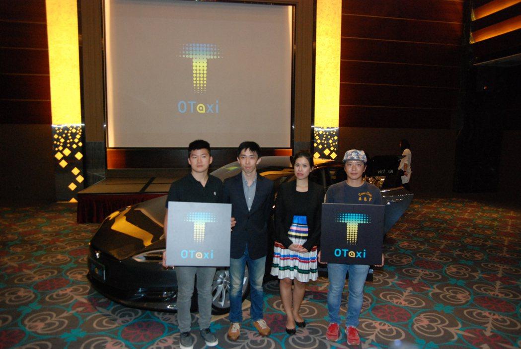 圖為 0Taxi 及其相關營運團隊,左二為 0Taxi 電動車隊創辦人王日新。 記者林鼎智/攝影