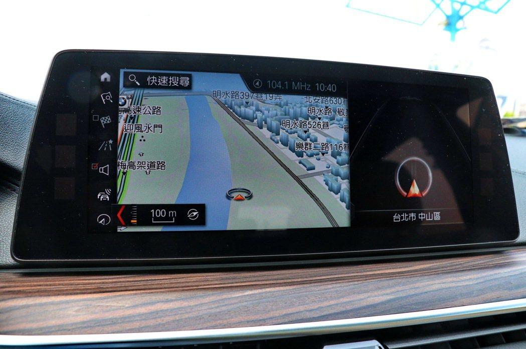 開車時使用導航系統容易使駕駛人分心。 記者陳威任/攝影