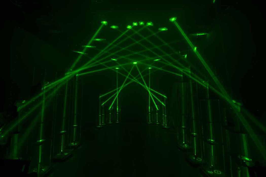 【台灣獨創】「光」線的雷射應用,虛實交錯呈現高拋物線。 圖/時藝多媒體 提供