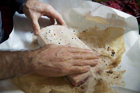 自己做培根非常簡單,只需要一樣東西:鹽 (照片/紐約時報提供)