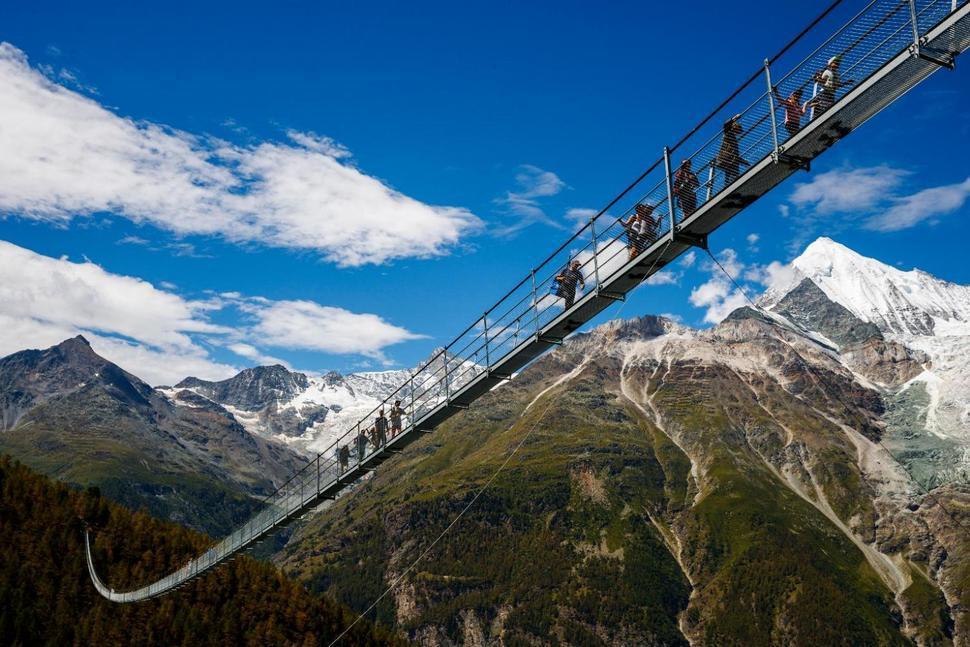 瑞士日前啟用全球最長吊橋,長494公尺。美聯社