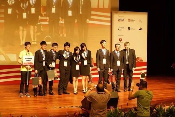 今年的國際青年學生英文物理辯論(IYPT),台灣代表隊榮獲國際銀牌獎。圖/協同中...
