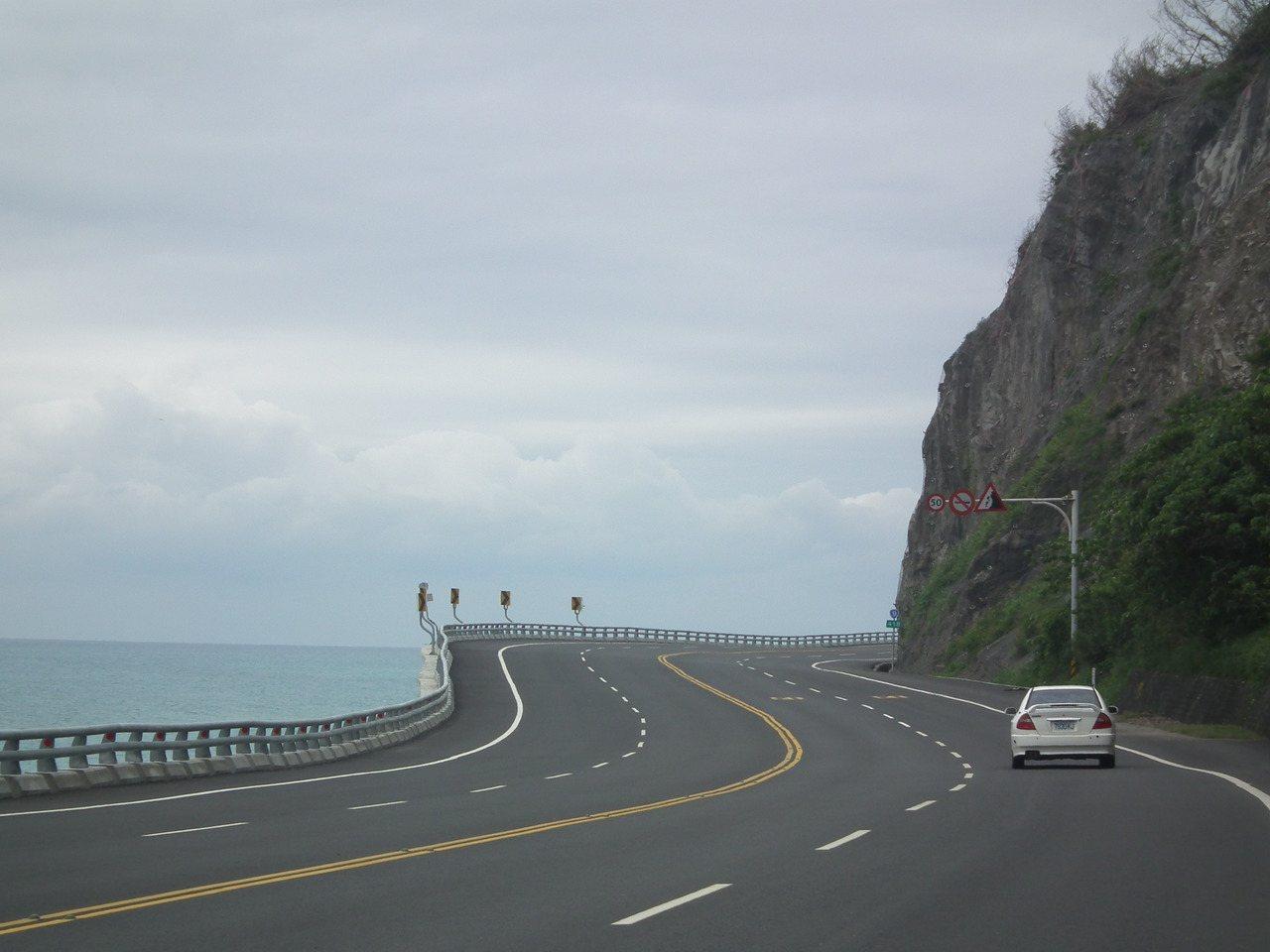彎道一邊是岩塊峭壁,一邊則是太平洋,平面看去更有不同的fu。記者尤聰光/攝影