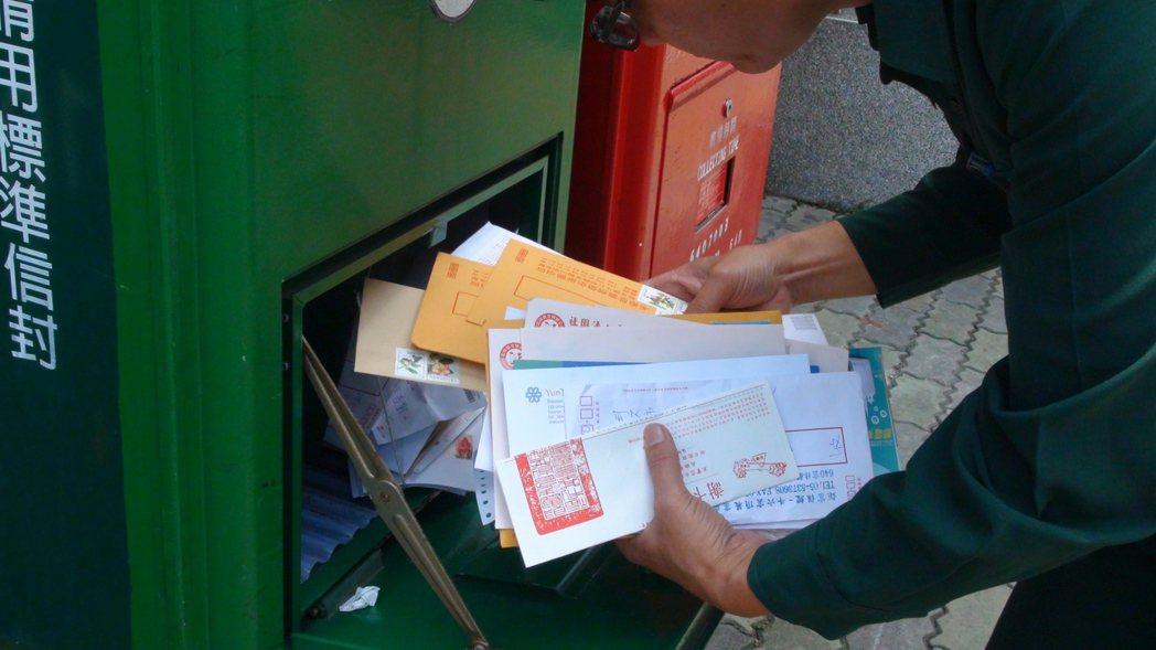 郵局從8月1號開始調漲郵資,調漲後仍有許多民眾投遞郵筒信件的郵資都不足額,9月4...