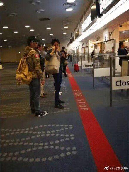 王菲、謝霆鋒1日在日本機場被直擊。圖/擷自微博
