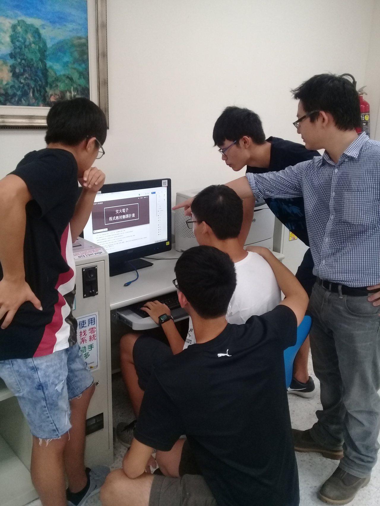 交大電子系學生響應李嵩聲提議的紙飛機計畫。圖/交大提供