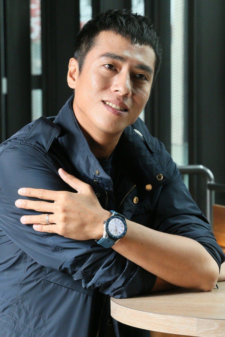 休閒造型的莊凱勛配戴了泰格豪雅Modular 45智能腕表,他透露表面色彩是搭配...